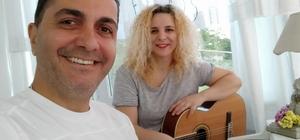 Müzik öğretmeni 2 kardeşin Anneler Günü şarkısı duygulandırdı