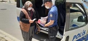 İzmir polisi yaşlılara refakat etti, sokakta maske dağıttı
