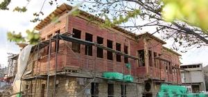 Turizme hizmet edecek 125 yıllık konak restore ediliyor Elazığ'ın Ağın ilçesinde bulunan ve turizm açısından önemli bir yer teşkil etmesi planlanan 125 yıllık 12 odalı 2 salonlu konakta restorasyon başladı Restorasyonun tamamlanmasının ardından, konak ilçenin turizminde merkez olarak hizmet verecek