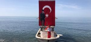 Rize'de 8 yaşındaki minik Tuğçe'den sıra dışı bir 19 Mayıs kutlaması Bir yakınına ait balıkçı teknesini Atatürk'ün Samsun'a çıktığı Bandırma Vapuru olarak hazırlatan 8 yaşındaki Tuğçe Yakıcı, yaptığı kutlama ile bir ilke imza attı