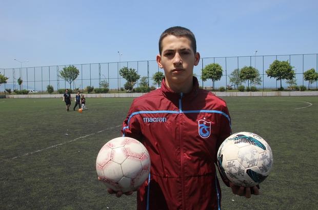 Sokağa çıkma izninde hayallerinin peşinde koşuyor Trabzonlu Emirhan Fındıkçı en büyük hayali olan Trabzonspor formasını giymek için tek başına antrenman yapıyor