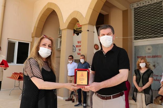 Başkan Ercengiz, 240 bin maske üreten gönüllüleri plaketle ödüllendirdi.
