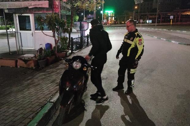 Sokağa çıkma kısıtlamasına uymayan yabancı uyruklu 3 kişi cezadan kaçamadı Aynı motosiklete 3 kişi binip yasağın olduğu günlerde sokağa çıktılar Cezanın üstüne kolonya ikram edildi