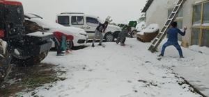 Bayramın tadını lapa lapa yağan kar altında kartopu oynayarak çıkarttılar Sivas'ın Koyulhisar, Doğanşar, Gürün ve Suşehri ilçelerinde etkili olan kar yağışı kartpostallık görüntüler oluşturduı