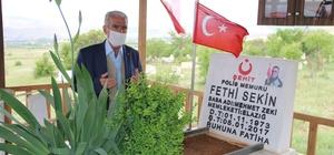 """Kahraman şehit Sekin'in babası 7 bayramdır önce oğlunun kabrine gidiyor İzmir'de teröristlerle kahramanca mücadele edip şehit düşen polis memuru Fethi Sekin'in kabrini ziyaret eden babası, diğer polis oğluyla da görüntülü görüştü Şehit babası Mehmet Zeki Sekin: """"Allah herkesten razı olsun, zaten hiç misafirleri eksik olmuyor"""""""