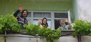 İller arası 5 adım olan mahallede bayramı balkondan balkona kutladılar Samsun-Ordu sınırındaki ilginç mahallede vatandaşların arasına korona girdi