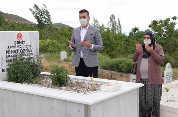 Belediye Başkanı şehit eşini evinden alarak mezarlığa götürdü Belediye Başkanı Aktürk, şehit eşini yalnız bırakmadı