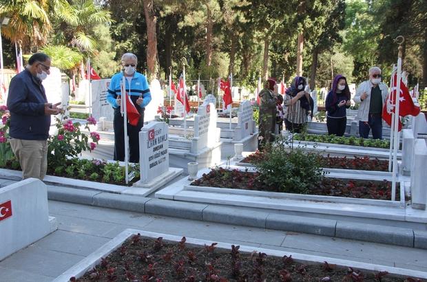 Samsun'da 65 yaş üstü vatandaşlar mezarlık ve şehitliklere akın etti