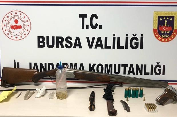 Kısıtlamaya uymayınca yakayı ele verdiler Bursa'da jandarma ekiplerinin sokağa çıkma kısıtlamasında durdurdukları aracın içerisi silah deposu gibi çıktı Gözaltına alınan 2 kişinin üzerilerinde ve otomobilde yapılan aramalarda uyuşturucu madde ve çok sayıda silah ele geçirildi 2 kişiye kısıtlamaya uymadıkları için 6 bin 300 lira ceza kesildi