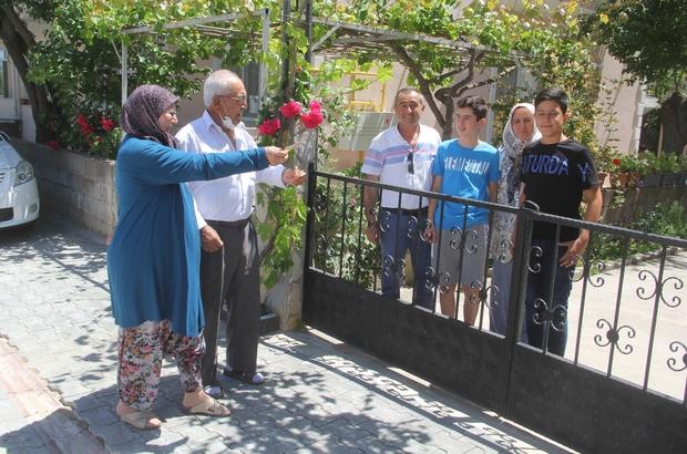 Sokağa çıkma izninde torun ziyaretine gittiler Covid-19 gölgesinde bayram ziyareti 70 yaşındaki çift, sokağa çıkma izninde çocuklarına bayramlaşmaya gitti