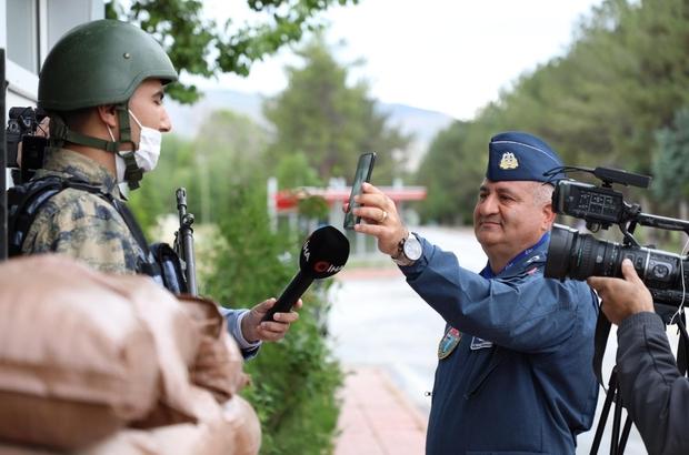 Nöbetteki askere komutanın sürprizi duygulandırdı Ailelerinden uzak, ama aile sıcaklığında bayramı yaşıyorlar Mehmetçik, Ramazan Bayramı'nda sevdiklerinden uzakta vatan nöbetinde