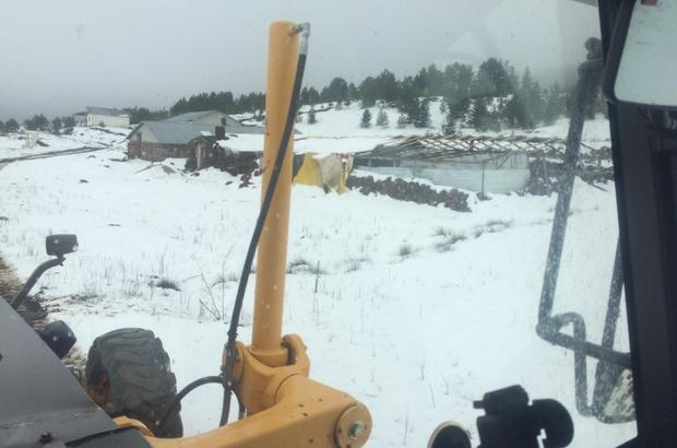 Yaz ayına sayılı günler kala karla mücadele Sivas'ın Akıncılar ilçesinde yaz ayına sayılı günler kala yağan kar nedeni ile yaylada mahsur kalan çoban ve hayvanları kurtarıldı
