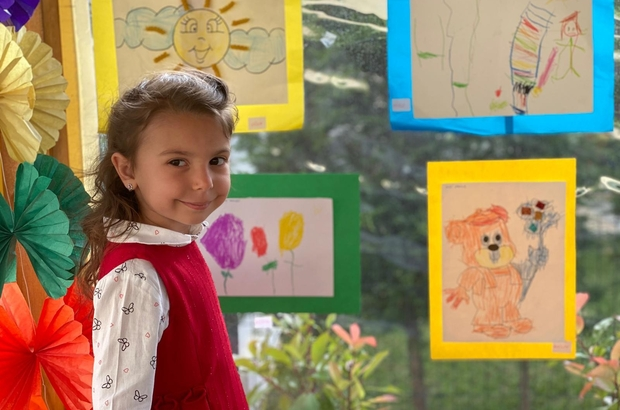 4 yaşındaki İnci resim sergisi açtı Evinde yaptığı 40 resmi oturduğu sitenin bahçesinde sergiledi