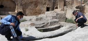 Kapadokya'da 2 bin yıllık mezar büyük ilgi çekiyor Kapadokya'daki bu mezar 3 metre boyunda ve 2 bin yıl öncesine ait