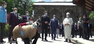 Erzurum'da cuma namazı hazırlığı Vali Okay Memiş cuma namazı kılınacak bölgelerde incelemelerde bulundu Cemaate seccade ve maske dağıtıldı