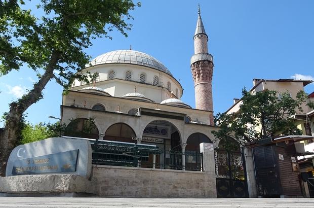 Kalacak yeri olmadığı için sığındığı camide mahsur kaldı Bursa'da 1 haftadır sokaklarda kalan adam, gece camiye sığınınca, sokağa çıkma kısıtlamasında camide mahsur kaldı
