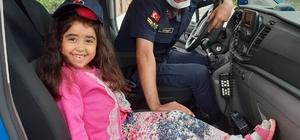 Jandarma sireninden korkan Elif'e büyük sürpriz Jandarma yaptığı sürprizle küçük Elif'in doğum günü kutladı