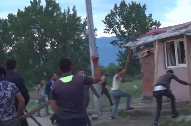 Polisi şehit edip 2 kardeşi öldüren zanlının evini böyle taşladılar Açıkta alkol alma ve çıplak dolaşma meselesi yüzünden başlayan tartışma mahalle kavgasına dönüştü. Öfkeli vatandaş pompalıyla rast gele ateş ederek kavgayı ayıran bir polisi şehit etti, ağbi kardeşin ölümü bir kişinin de yaralanmasına sebep oldu Olayların ardından öfkeli vatandaşlar zanlının evini taşlayıp zarar verdiler Şehit Polis memurunun bayramda ailesini Zonguldak'a gönderdiği yarın almaya gitmeyi planladığı öğrenildi Şehit polis memuru için yarın Emniyet Müdürlüğü'nde tören düzenlenecek.