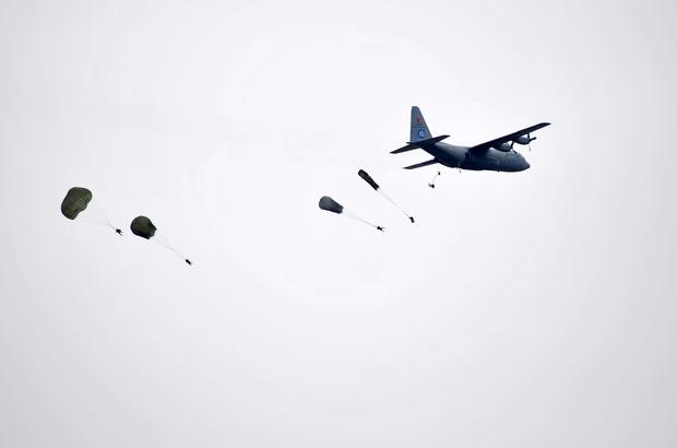 Komandonun yürekleri ağza getiren paraşütle atlayışı Paraşütü açılmayan komando, yedek paraşütü ile iniş yaptı