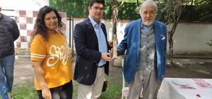 Yazar İlber Ortaylı'ya Kırkağaç'tan tarihi hediye Kırkağaç'taki 1658 yıllık ağacın zeytinyağı Ortaylı'ya hediye edildi