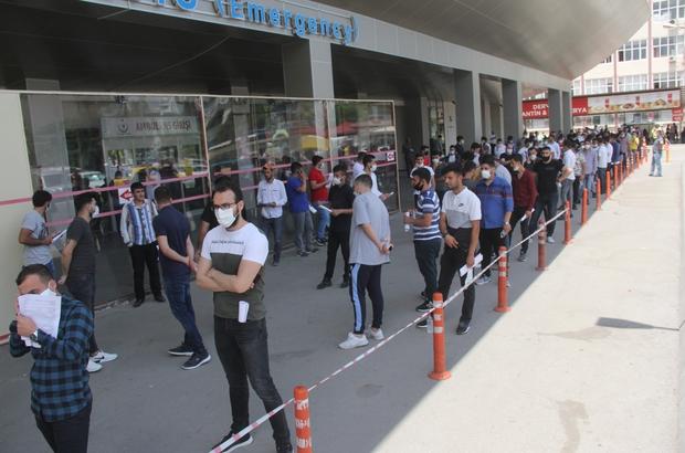 Asker adaylarının korona testi kuyruğu Adana'da askere gidecek olan gençlerin yeni tip korona virüs testi yaptırılması istenince hastane önünde uzun kuyruklar oluştu Polisler test için kuyrukta bekleyen askerlerin sosyal mesafeye uyması için sık sık uyarıda bulundu
