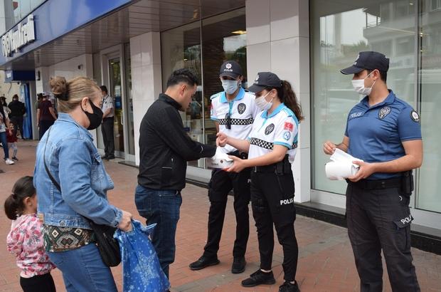 Aliağa'da polis maske dağıttı