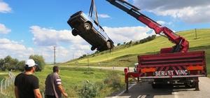 Kaygan yolda kontrolden çıkan araç dereye düştü Dereye düşen araçtaki 3 kişi yara almadan kurtuldu