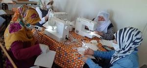Mahallenin kadınları maske üretmek için gönüllü oldu Üretilen 2 bin 500 tıbbi maske, vatandaşlara ücretsiz olarak dağıtıldı