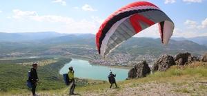 Huzur şehri Tunceli'de yamaç paraşütü heyecanı Kentte bin 200 rakıma yapılan kalkış pistinin bitirilmesiyle birlikte, terörden temizlenip huzura kavuşan Tunceli'de profesyonel ve amatör sporcular yamaç paraşütü yapmaya başladı
