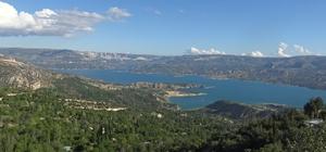 Doğası ve turkuaz renkli baraj gölüyle görenleri mest ediyor Toros dağlarının zirvesinde bulunan Karaman'ın Ermenek ilçesi, doğası ve turkuaz renkli baraj gölüyle seyrine doyumsuz bir manzara sunuyor