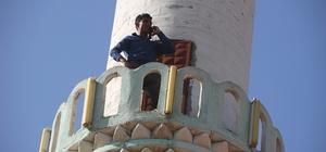 Köylüler telefonla görüşebilmek için minareye ya da dağa çıkıyor İletişim çağında telefonla 'haberleşme' sorunu Minareye çıkamayanlar dağa çıkıyor 500 nüfuslu köyde 'şebeke' sorunu 'Şebeke avcısı' vatandaşlar telefonlarıyla görüşme yapmak için köyde geziyor