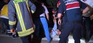 Yaralıyı sedyeden düşürdüler Araçtan çıkarılan yaralı ambulansa taşınırken sedyeden düştü