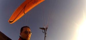 Sis Dağı'ndan yamaç paraşütüyle 45 km mesafedeki Beşikdüzü ilçesine uçtu 2 bin 182 metre rakımlı Sis Dağı'ndan havalanan yamaç paraşütçüsü Erkan Ertem 1 saat süren kuş uçuşu ile 7.2 kilometre havada süzülerek Trabzon sahilindeki Beşikdüzü ilçesine indi Bulutların üzerindeki görsel güzellik ve inişinde sanayi esnafının şaşkınlığı kamerasına yansıdı