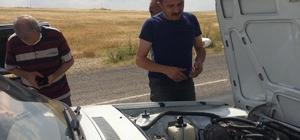 Vefa ekibi, bu kez otomobil tamir etti Tunceli'nin Çemişgezek ilçesinde otomobili arıza yapan, telefonunun şarjı biten şahsı, tesadüf eseri yoldan geçen Vefa Sosyal Destek Grubu fark etti, aracın tamirini yaptı