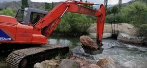 Şenkaya Belediyesi iş makinalarıyla sulama arklarını temizledi
