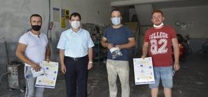 Seydikemer Esnaf ve Sanatkarlar Odası Başkanı, esnafa maske ve uyarı levhaları dağıttı
