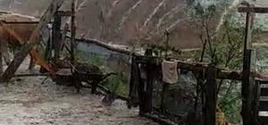 Bir yanda yağmur duası bir yanda dolu seli Sivas'ın Kangal ilçesinde eller yağmur duası için semaya yükselirken, Doğanşar ilçesinde ise yağan dolu sel oldu