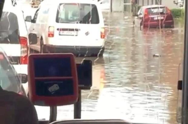 Sağanak yağış, dakikalar içerisinde İzmir'de hayatı felç etti İzmir'de cadde ve sokaklar yağış nedeniyle göle döndü