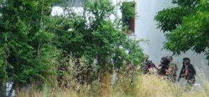 Gasp firarisi için Özel Hareket operasyon düzenledi İki aracı gasp eden ve yaptığı kazada üç kişinin yaralanmasına neden olan gasp firarisi için yapılan ihbar sonrası Karabağlar Yaylası'ndaki bir eve yapılan operasyonda ev boş çıktı