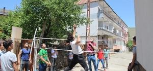 İnşaat ipiyle voleybol oynayan çocuklara jest İHA'nın haberi, voleybol federasyonunu harekete geçirdi