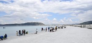 Salda Gölü'ne ziyaretçi akını 1 Haziran'da yeniden ziyarete açılan Salda Gölü, hafta sonu misafirlerini ağırladı