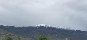 Yağan dolu Esence Dağının zirvesini beyaza bürüdü