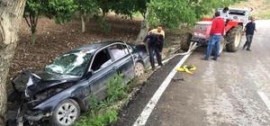 Kontrolden çıkan otomobil ağaca çarparak durabildi, 2 kişi yaralandı