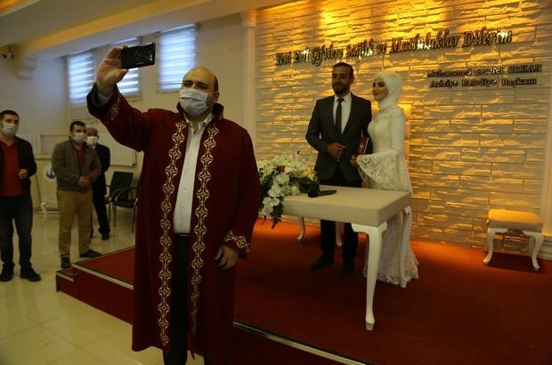 Pandemi sonrası ilk nikah Gazeteci Kotan dünya evine girdi Başkan Orhan önce nikah kıydı sonra öz çekim yaptı