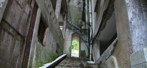 Altı tünel üstü minare Artvin'in Borçka ilçesi Güreşen köyünde vatandaşlar, cami minaresinin altından yapılan tüneli kullanarak evlerine gidiyor