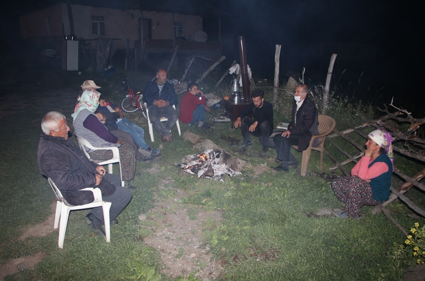 Bingöl'de depremzedeler yaktıkları ateşin başında zaman geçiriyor