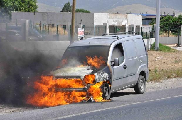 İzmir'de seyir halindeki araç alev alarak yandı