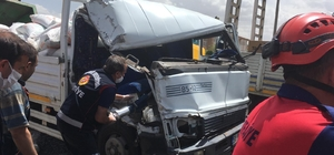 Freni boşalan kamyonet kırmızı ışıkta bekleyen araçlara çarparak durabildi Kamyon içerisinde sıkışan yaralıları itfaiye ekipleri kurtardı
