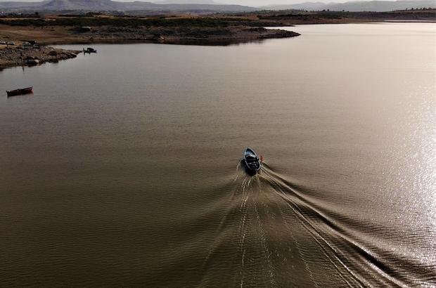 """(Özel) Denizi olmayan Manisa'dan balık ihraç ediyorlar Sezon açıldı, Manisalı balıkçılar 'Vira bismillah' dedi Sezondan umutlu olan balıkçılar, barajların temiz bırakılmasını istedi Balık alım satım işi yapan Osman Doğan: """"Denizi olmayan Manisa'da balık ihraç ediyoruz"""""""