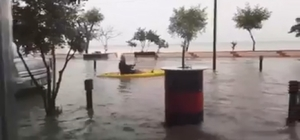 Su basan caddede kayıkla gezdi